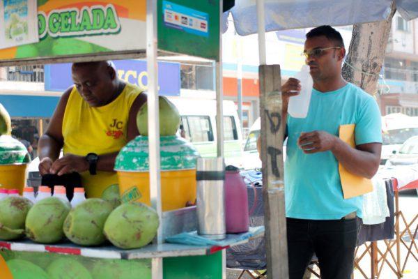 Jorge e um dos clientes - Foto: Vilma Ribeiro/Voz das Comunidades