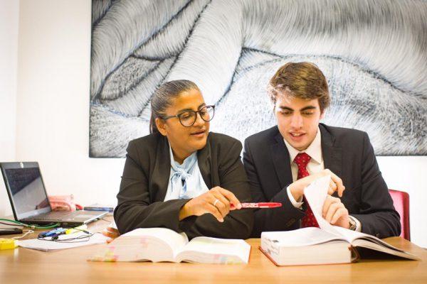 Cosma estudando com  Mateus - Foto: Hugo Barreto / Metrópoles