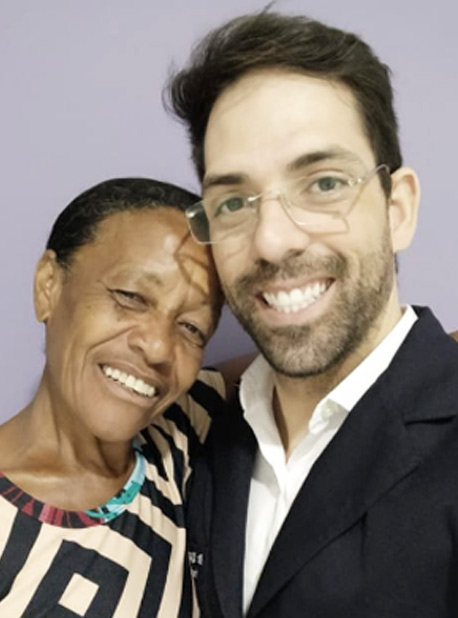 Dona Cris agora, com o dentista - Foto: Ricardo Cayres