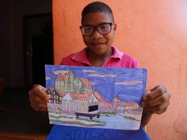 Kayque desenha construções - Foto: Danielle Valentim