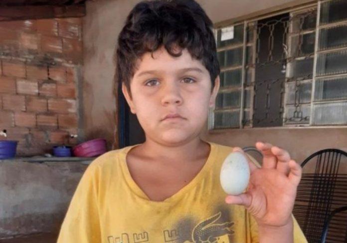Foto: reprodução Facebook|Foto: reprodução TV Anhanguera|Luiz Gustavo durante o leilão do ovo Foto: reprodução TV|Luiz com a família