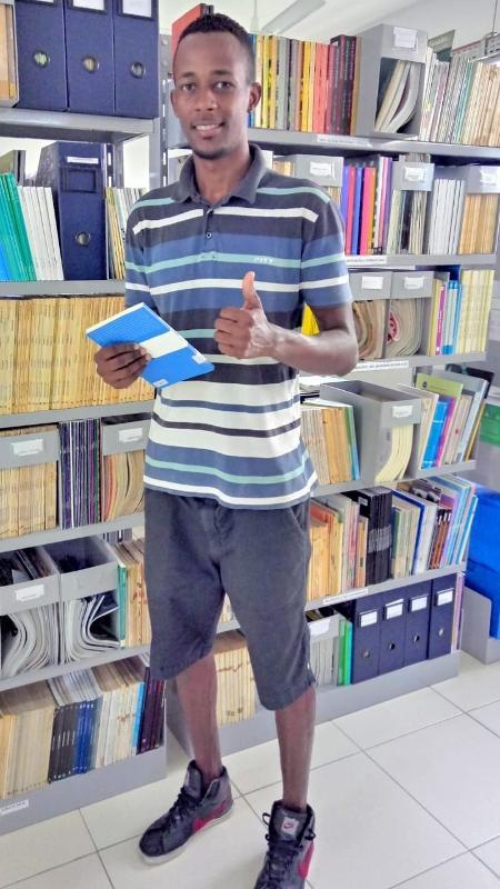 Elcimar na biblioteca - Foto: arquivo pessoal