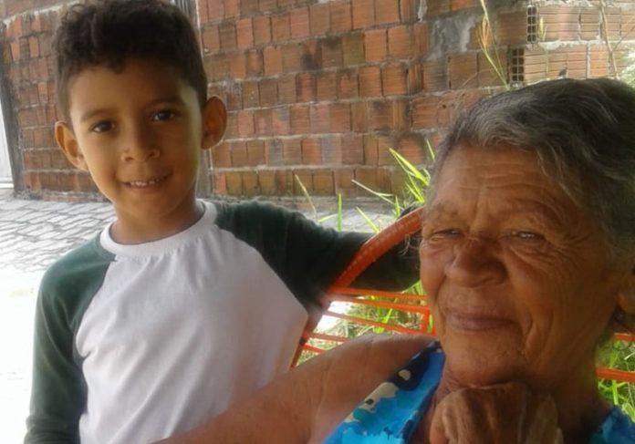 Miguel e a vovó - Foto: Éricka Pereira/ Arquivo pessoal 