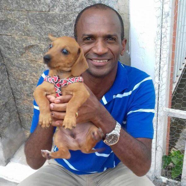 Ubiratan e um cãozinho - Foto: reprodução / Facebook
