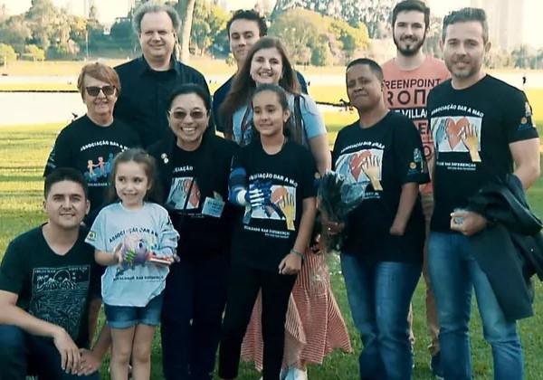 O grupo de voluntários que incluir professores e estudantes de Curitiba Foto: reprodução RPC Paraná