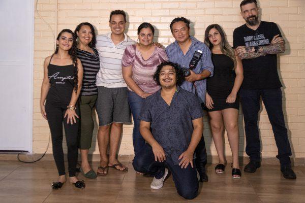 Professor Nobu e a equipe de produção - Foto: Shodo Yassunaga