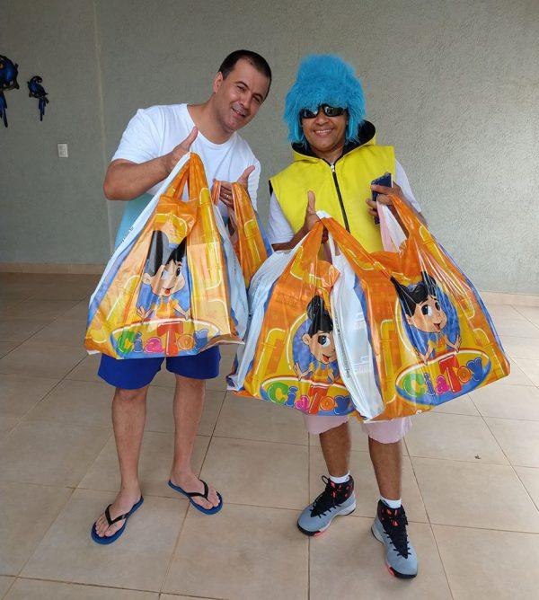 Luciano Lima entrega presentes a Psiu - Foto: reprodução / Facebook