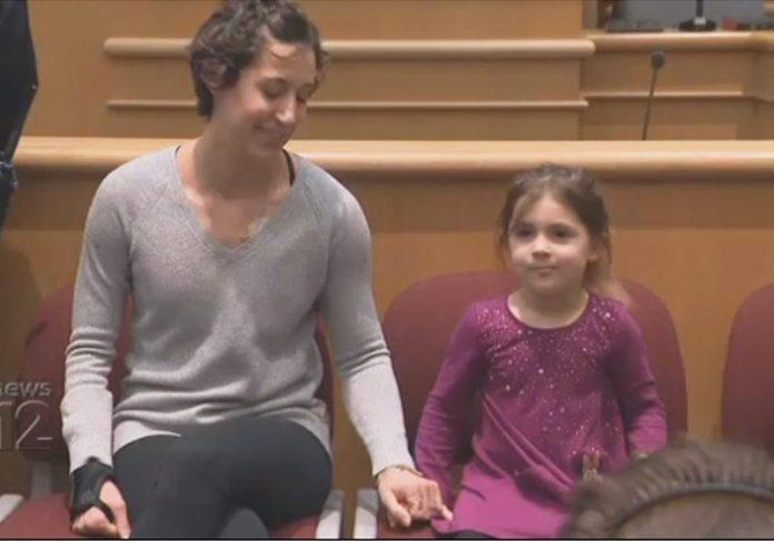 Isla Glaser e a mãe na homenagem - Foto: reprodução NewJerseyNews