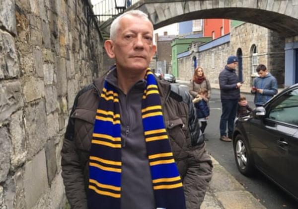 ex-morador Derek McGuire como guia turístico Foto: reprodução