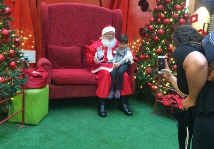 João com o Papai Noel — Foto: Nicole Angel/ G1