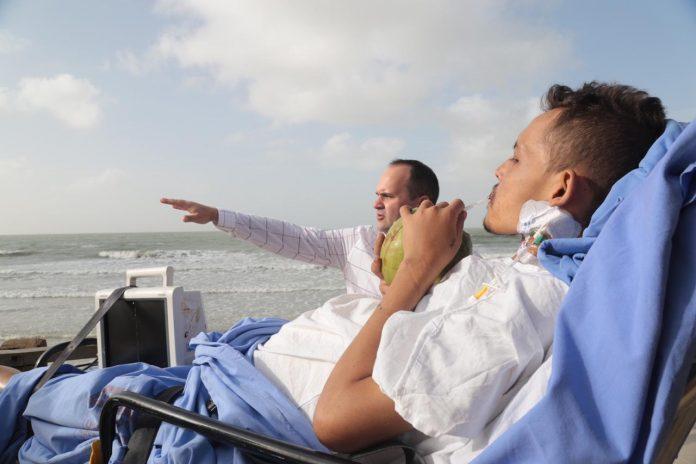 Médico e paciente na praia - Foto: Márcio Sampaio