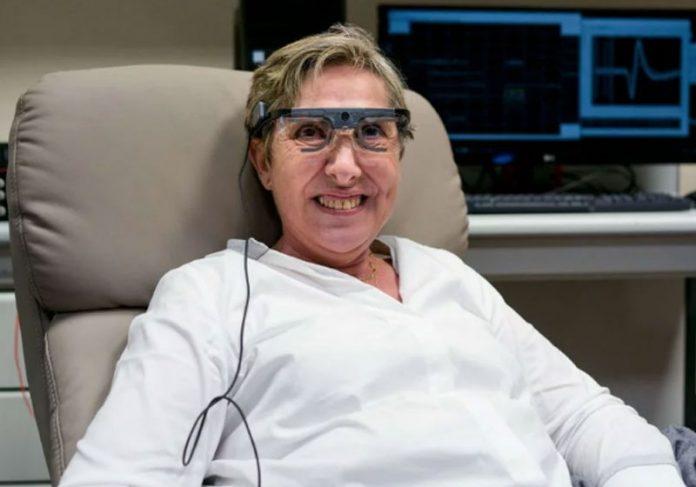 Bernardeta Gómez testa implante - Foto: Reprodução / Russ Juskalian||