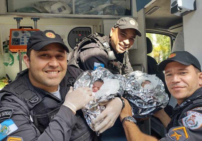 PMs seguram as gêmeas - Foto: Divulgação/PM