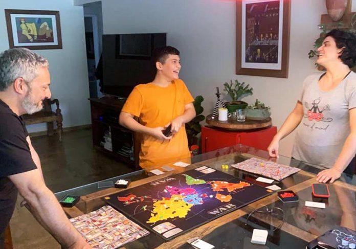 Família Diniz Mônaco jogando War - Foto: arquivo pessoal||