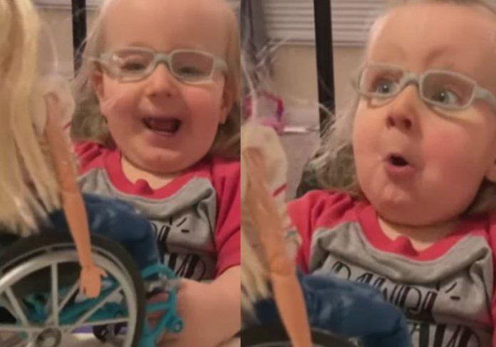 Emma ao ganhar a Barbie cadeirante - Fotos: reprodução / Facebook.