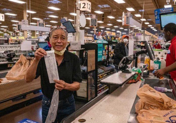 Mulher se emociona ao ter conta paga por Tyler Perry - Foto: reprodução / Today Show  