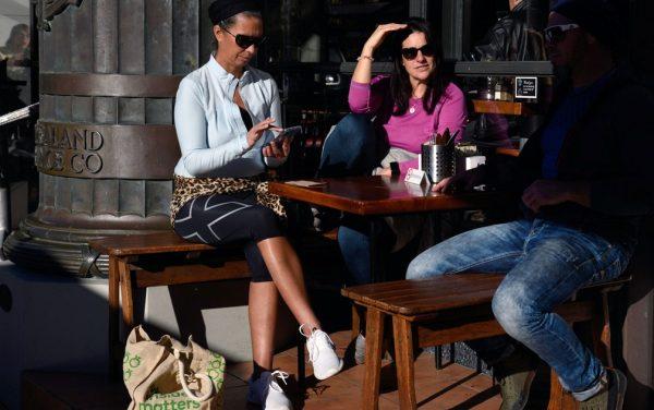 Amigos em café na Nova Zelândia - Foto: Reuters/Tatsiana Chypsanava