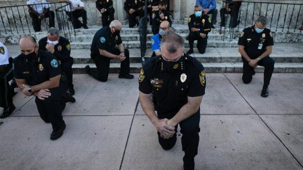 Policiais ajoelhados na Flórida - Foto: Eva Marie Uzcategui/AFP