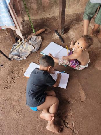 Crianças estudando no chão - Foto: divulgação