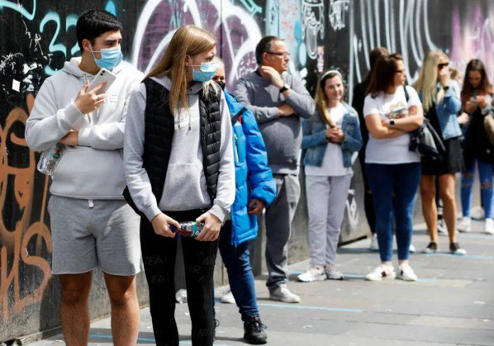Pessoas em MotherWell Escócia Foto: The Guardian