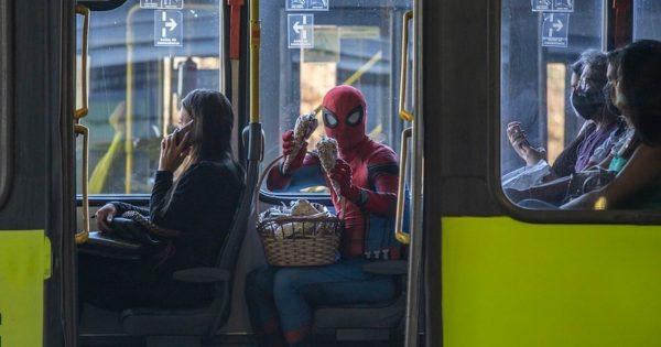 Homem-Aranha vendendo pipoca - Foto: reprodução / Amanda Dias/BHAZ