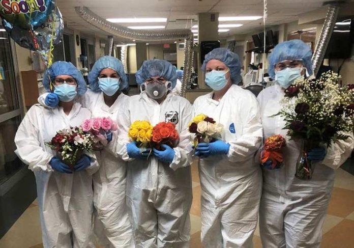 Enfermeiras com as flores de Kay - Foto: Facebook / @ Lafayette General