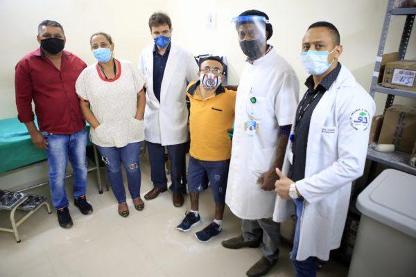 Eugênio Marques {de amarelo) com equipe médica - Foto: reprodução / IGESDF