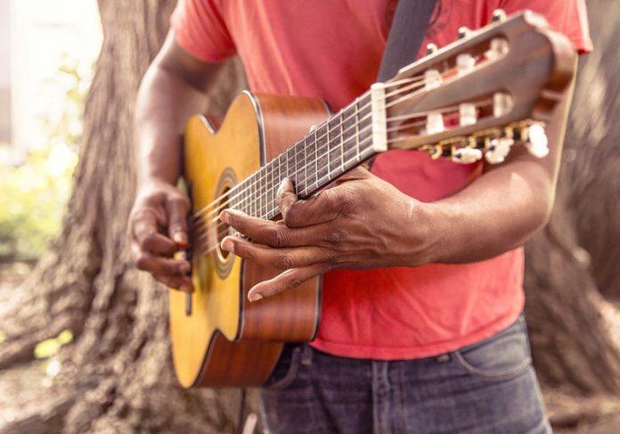 Tocando violão - Foto: Pixabay / Ryan McGuire