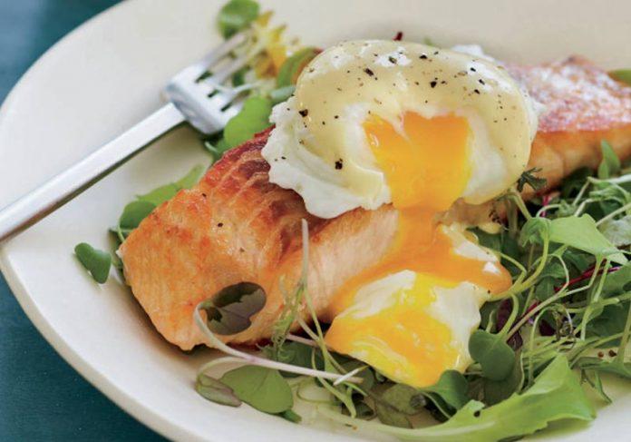 Salmão selado com ovos benedict - Foto: Alexandra Grablewski