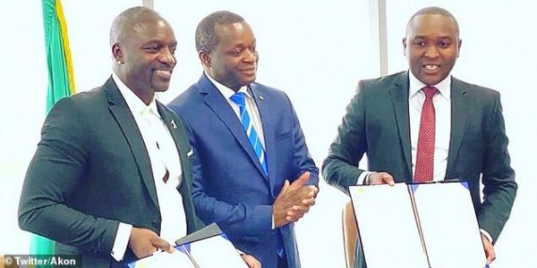 Akon (à esq) na coletiva - Foto: reprodução/Twitter