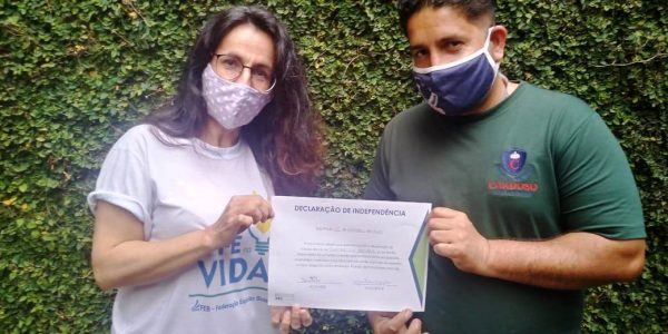 Marilia e Jonathan, com certificado pela reinserção socioeconômica no Brasil