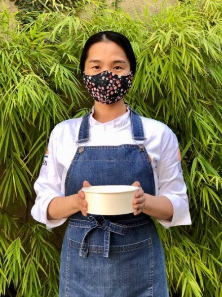 Chef Telma Shiraishi com marmita na mão - Foto: MANF