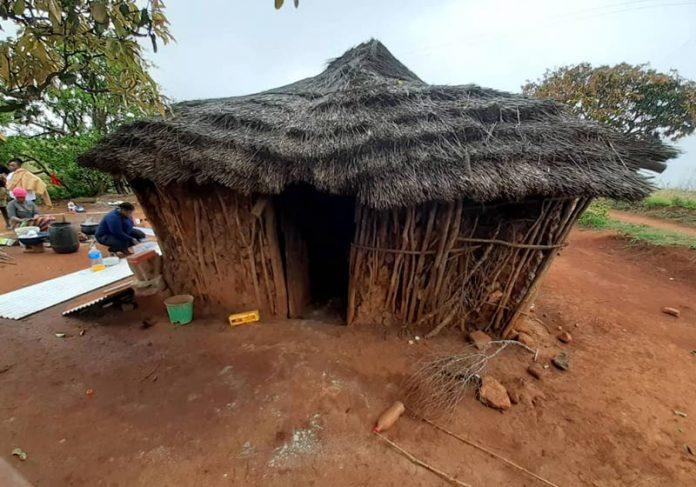 Casa de barro da idosa - Foto: reprodução / Twitter