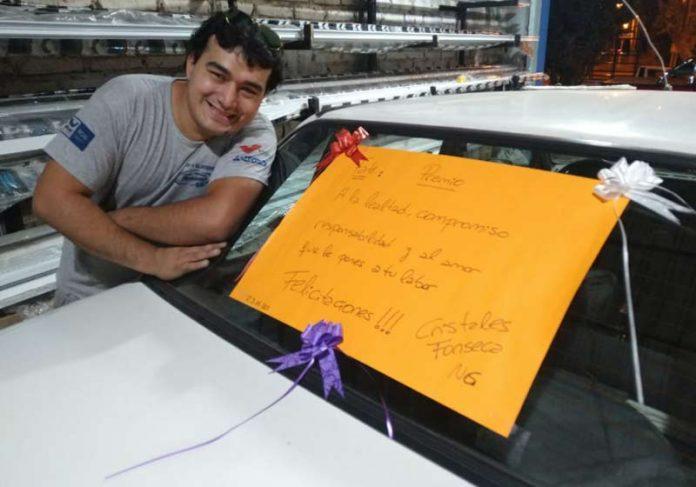 Fonseca e p carro que ganhou do chefe - Foto: arquivo pessoal