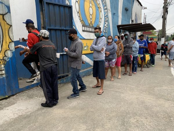 Moradores de Heliópolis na fila para receber marmita - Foto: MANF