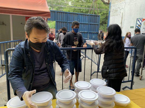 Moradores recebendo marmitas - Foto: MANF
