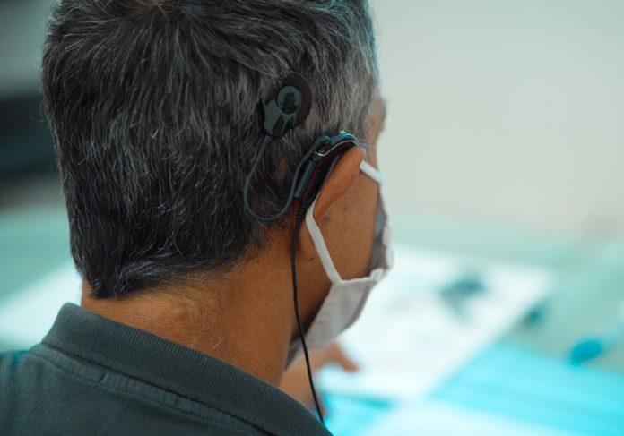 Paciente com implante coclear - Foto: divulgação