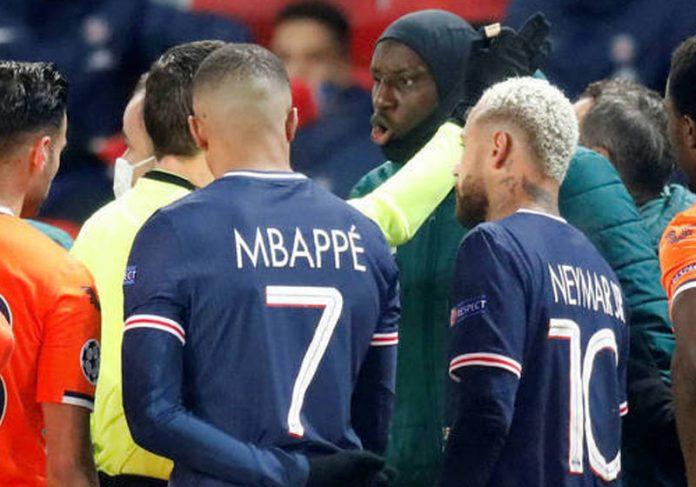 jogador senegalês discute com juiz por racismo em campo - Foto: Charles Platiau/Reuters