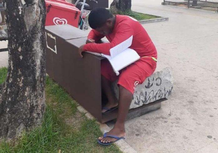 Vendedor Renilson estudando na praça - Foto: reprodução / redes sociais