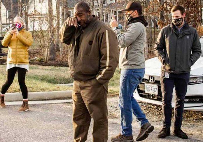 Anthony chora com a homenagem dos vizinhos - Foto: ABCNews