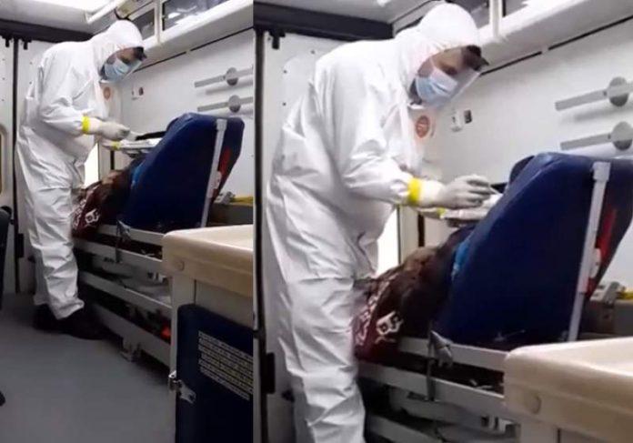 Bombeiro da comida na boca de paciente na ambulância - Foto: reprodução / Youtube