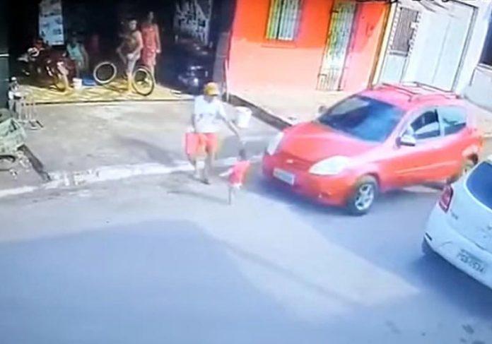 Herói se joga na frente do carro para salvar criança - Foto: câmeras de segurança