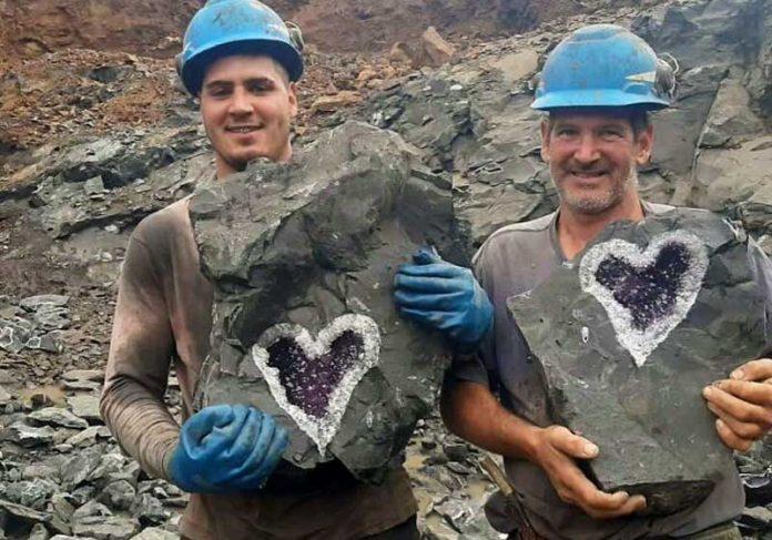 Mineradores com ametista em forma de coração - Foto: reprodução / Uruguay Minerals