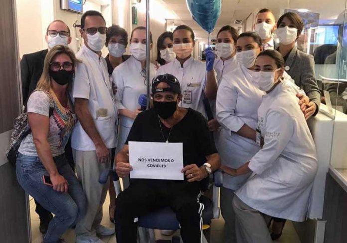 Seu Nazário com a equipe que o tratou - Foto: reprodução / Instagram