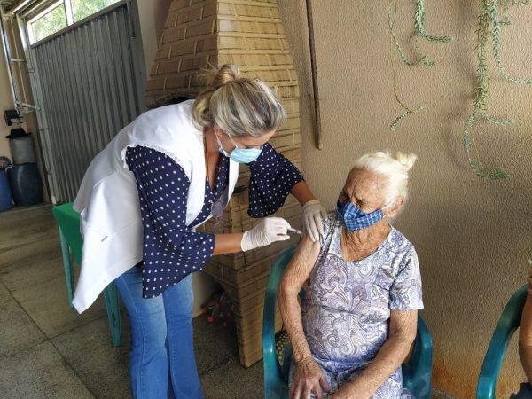 Dona Amélia, 90 anos, é vacinada - Foto: Divulgação/Prefeitura de Fernandópolis