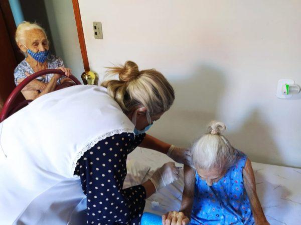 Dona Francisca, de 107 anos é vacinada - Foto: Divulgação/Prefeitura de Fernandópolis