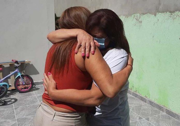 O abraço das gêmeas Miriam e Clênia - Foto: Nathália de Alcantara/AT
