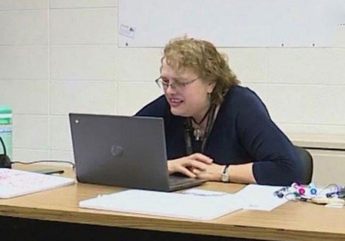 Professora Julia Koch em aula online - Foto: reprodução / CBS8