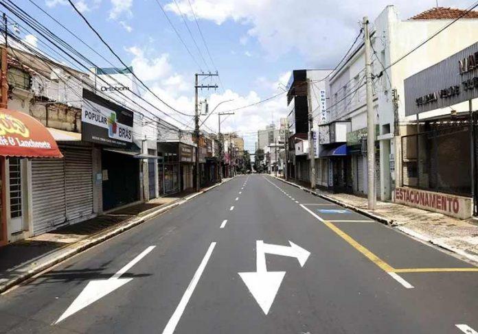 Centro de Araraquara no lockdown - Foto: Tetê Viviane/Futura Press/Estadão Conteúdo