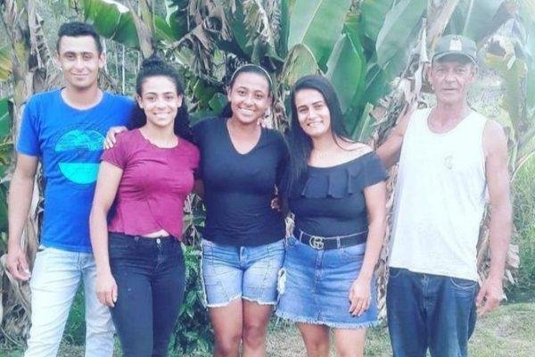 Fabiana com o pai e irmãos após encontro emocionante. - Foto: Reprodução/Instagram @_fabylucas